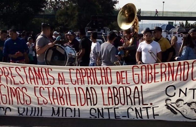 Los manifestantes exigen pagos de bonos pendientes, así como estabilidad laboral, pues se quejan de que el Gobierno de Michoacán pretende regresar la nómina educativa a la Federación