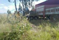 Al llegar a la altura de la comunidad de Congregación de Pomas impactó una camioneta pick-up, de color azul con placas de esta entidad, la cual arrastró varios metros hasta salirse de la cinta asfáltica y terminar en un árbol convertida en chatarra