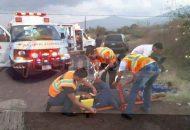Al llegar a la altura del municipio de Chilchota, el conductor perdió el control y se salió de la cinta asfáltica para terminar chocando contra un árbol, quedando los ocupantes lesionados