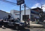 Aproximadamente a las 13:00 horas los cuatro sujetos ingresaron a la institución bancaria y a punta de pistola despojaron de una fuerte cantidad de dinero a cuentahabientes y cajeros