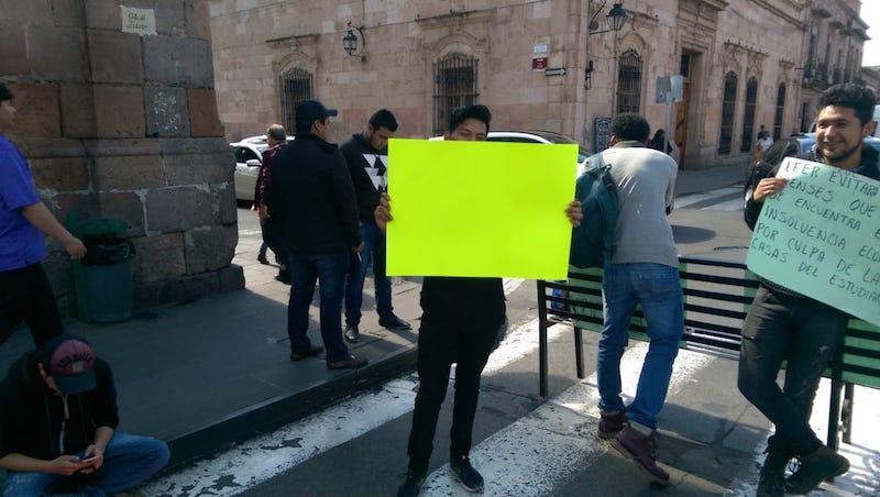 Los manifestantes demandaron a la Rectoría de la UMSNH el pago de ministraciones pendientes para su manutención y argumentaron que ellos no son responsables por la insolvencia financiera de la institución