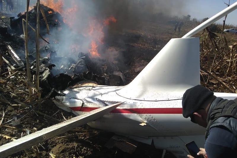 El accidente ocurrió esta tarde, cuando la avioneta cayó a la altura del Cerro del Chacuaco, en territorio perteneciente a Santa María Coronango en Puebla