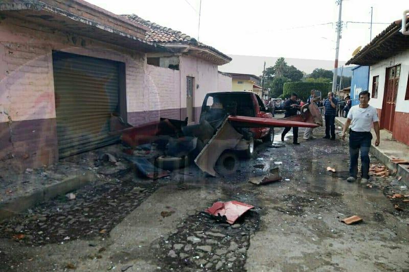 En el lugar sufrieron daños materiales vehículos y casas cercanas a donde ocurrió la explosión, quedando la camioneta donde transportaban los cohetones completamente destruida
