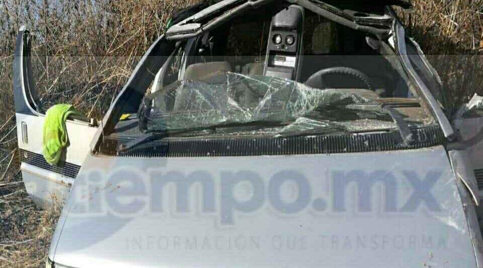 Al lugar acudieron unidades médicas de Radio Auxilio brindándoles las primeras atenciones a los 4 personas que viajaban en la camioneta com dirección al municipio de Zamora