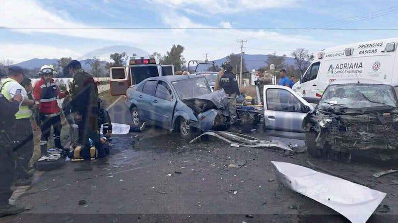 Paramédicos les brindaron las primeras atenciones a dos lesionados graves, los cuales fueron trasladados a un hospital del municipio de Zamora para recibir atención médica
