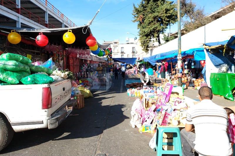 Aunque la cantidad de comerciantes es bastante, el Secretario de Servicios Públicos Municipales, Ramón Baltierra Sánchez explicó que en esas vialidades, se otorgaron permisos para que los comerciantes se ubiquen en tramos determinados de la calle