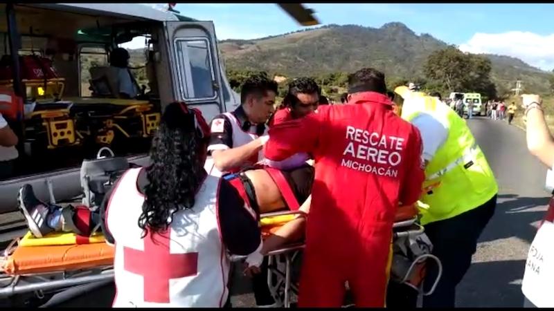 Durante el trayecto, un grupo de paramédicos del CRUM brindó los cuidados necesarios a las dos mujeres, en su traslado al IMSS de Charo