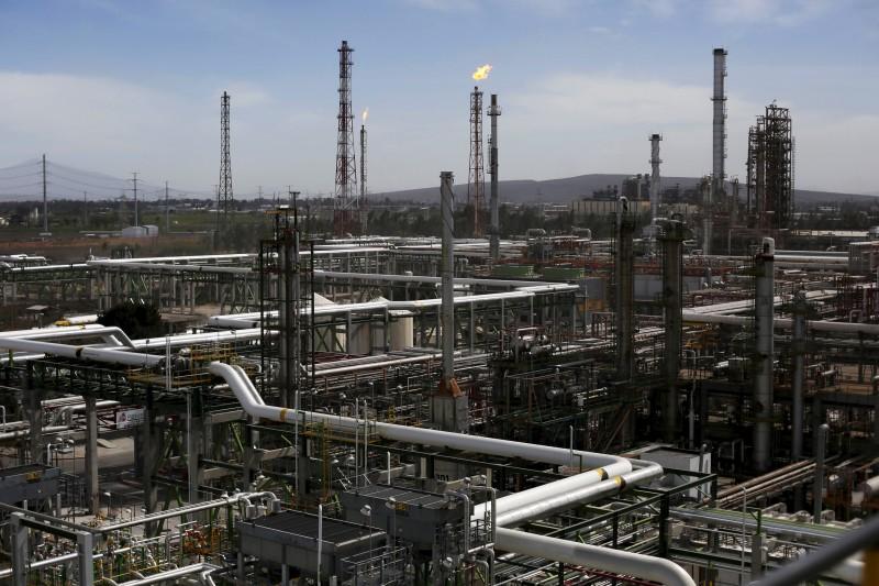 Pemex informó anoche que avanza en el restablecimiento del suministro de combustible por diferentes vías en los estados afectados