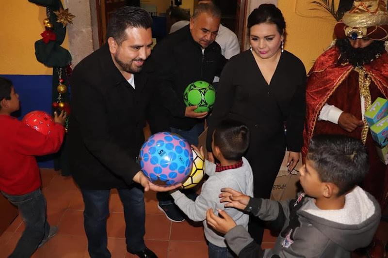 Juárez Blanquet realiza gira de trabajo y entrega presentes con motivo del Día de Los Reyes Magos