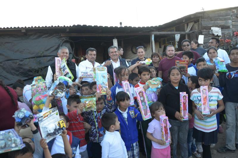"""Morón Orozco hizo entrega de cientos de juguetes a las niñas y niños de las colonias Loma Larga y """"Ciudad Peluche"""""""