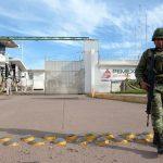 Durante las revisiones a las instalaciones de la refinería de Salamanca localizaron mangueras y otros artefactos ajenos a la paraestatal, conectados a tanques de almacenamiento (FOTO: EFE)