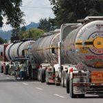 Pemex sólo tiene mil 485 pipas, por lo que se ve obligada a contratar a otras compañías para el traslado de los combustibles entre terminales y estaciones de servicio, lo que cuesta 14 veces más que la utilización de los ductos de Pemex