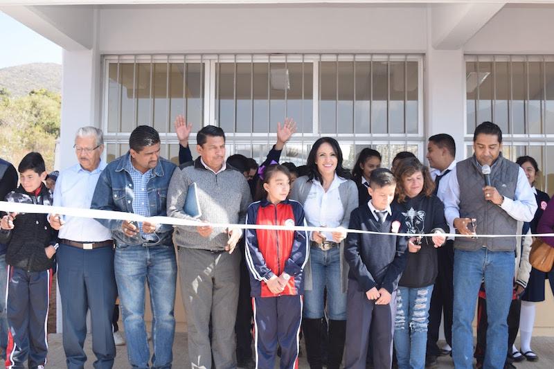 Más de 100 jóvenes estrenaron salones de clase, mobiliario y servicios sanitarios