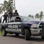 Elementos de las policías Michoacán y Federal, así como del Ejército Mexicano y Marina, mantienen labores en la rúa