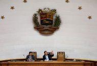 """En la agenda oficial del martes, el Parlamento incluyó además un decreto para otorgar """"amnistía y garantías constitucionales a militares y civiles que contribuyan con la defensa de la Constitución"""""""
