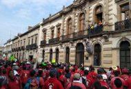 Los manifestantes fueron recibidos por dos diputados del Morena, quienes ya los esperaban en el lugar