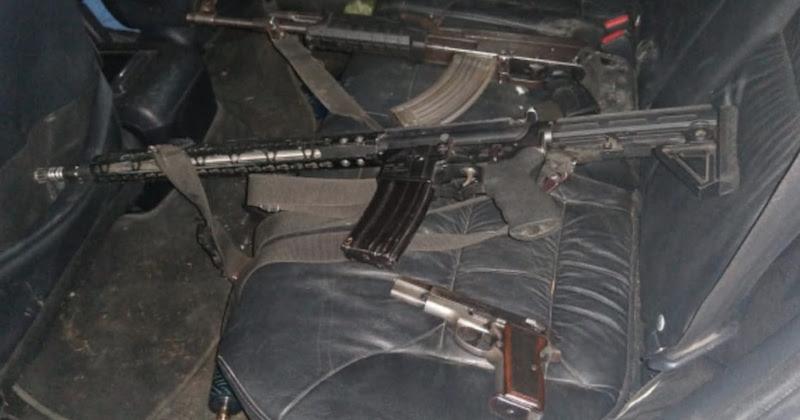 Al efectuar una revisión al interior del automotor, se localizó un rifle AR-15, un AK-47 y un arma calibre .9mm, así como 3 cargadores y 70 cartuchos de diferentes calibres