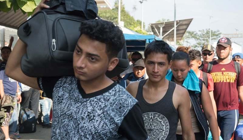 Varias familias numerosas, incluso con bebés en brazos, viajan en la segunda caravana de migrantes