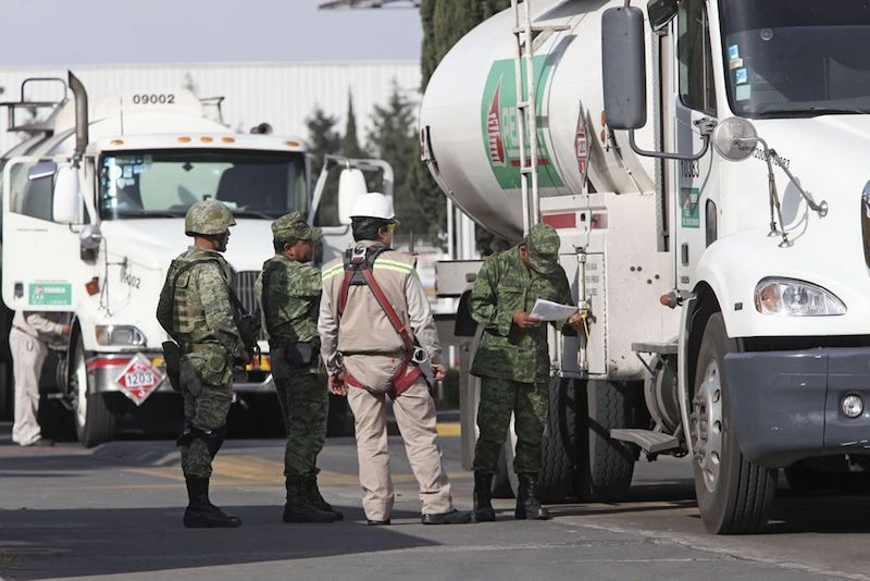 Como parte del plan del Gobierno para combatir el robo de combustible, la administración hizo un cambio en la logística de distribución de la gasolina, optando por enviarla a través de pipas en lugar de los ductos de Pemex
