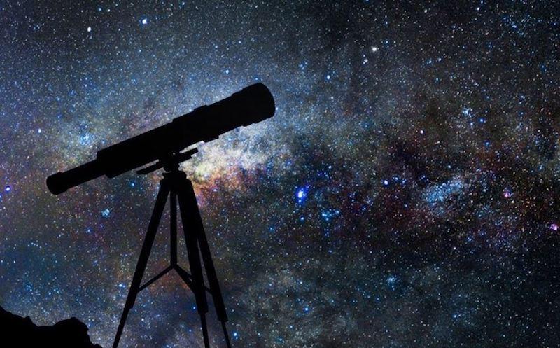Durante los últimos viernes de cada mes, desde enero hasta mayo por tratarse de un año en que se festejan aniversarios de acontecimientos importantes en la historia de la Astronomía, se ofrecerán conferencias relativas a estos eventos