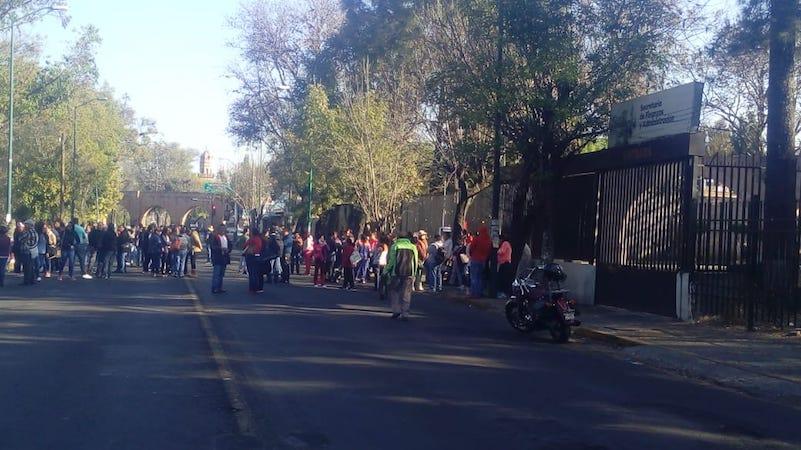 Los maestros del ala radical del magisterio michoacano mantienen presencia en su campamento de la Avenida Madero y bloqueos a las vías del tren en varios municipios de Michoacán (FOTO: MOLINERO VIAL)
