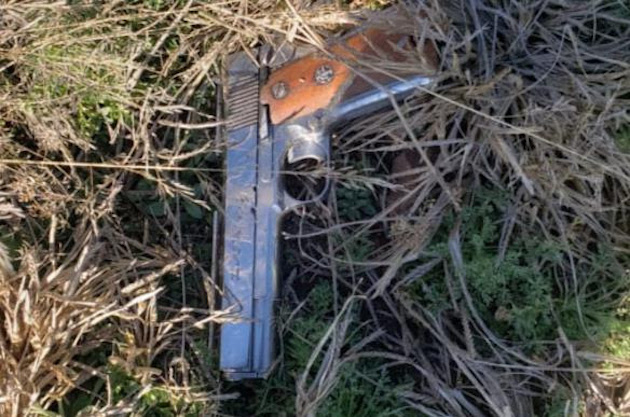 Los hombres dispararon contra los policías, mismos que accionaron sus armas para repeler el hecho, abatiendo a uno de los agresores que fue identificado como Armando M.