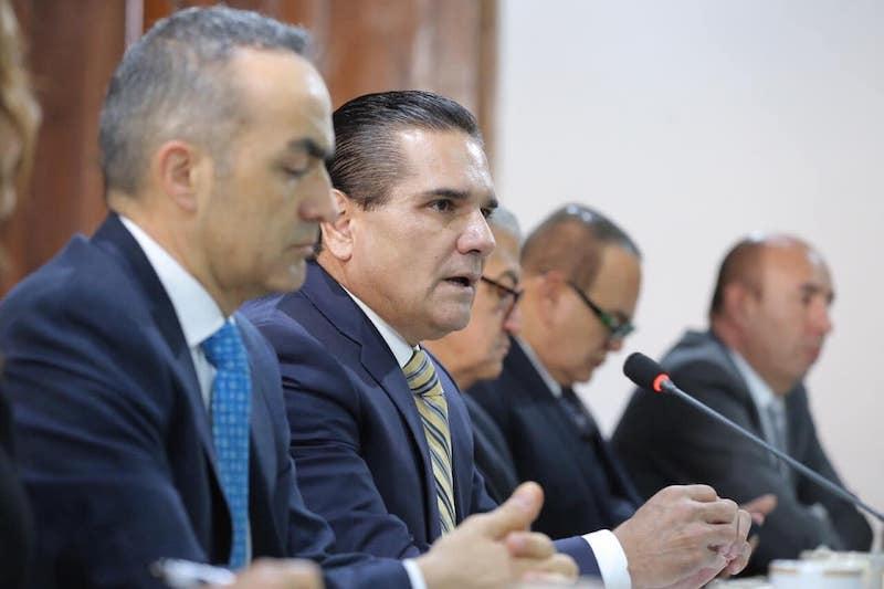 Silvano Aureoles negó que se les deban quincenas a los maestros michoacanos, pues en el pago de éstas se va al corriente, aunque sí reconoció que hay adeudos en bonos, otras prestaciones y compromisos hechos por gobiernos anteriores