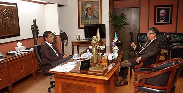 Serrano Ortega aprovechó la oportunidad para extender una invitación al rector nicolaita para asistir al 4 aniversario del Colegio de Michoacán