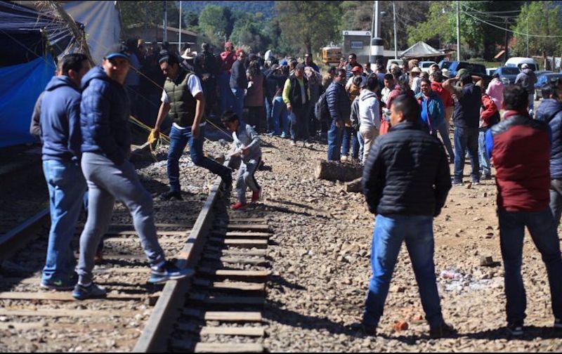 Cabe hacer mención que de acuerdo con fuentes de la propia CNTE, en el caso del bloqueo a las vías del tren en la comunidad indígena de Caltzontzin, municipio de Uruapan, una parte de las bases de esa región se opone a liberarlas, pero el sector 9 anunció que se retirarán