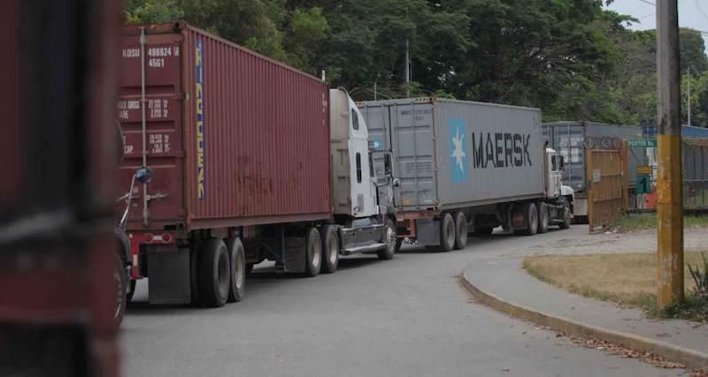 La noche del sábado los maestros despejaron las vías en las Guacamayas del municipio de Lázaro Cárdenas, pero mantuvieron el cierre de las vías en Caltzontzin en Uruapan, Michoacán