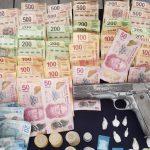 En la inspección, les encontraron entre sus pertenencias una réplica de arma de fuego, polvo blanco con las características similares a la droga conocida como cristal y dinero en efectivo