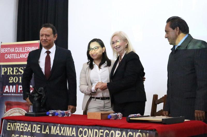 Ante miembros de la Asociación Michoacana de Periodistas (Amipac) y en el marco de su 31 aniversario, la recipiendaria de la condecoración fue reconocida por su labor en los medios de comunicación por más de 40 años