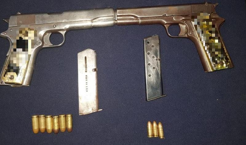 Entre sus pertenencias, los elementos policiales le encontraron dos pistolas abastecidas, motivo para su traslado ante la autoridad jurídica para deslindar responsabilidad