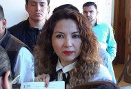 Mientras el abogado Saúl Mora ofrecía una entrevista a los medios de comunicación, al lugar arribó la secretaria de Servicios Parlamentarios, Beatriz Barrientos García, quien desmintió lo dicho por el abogado