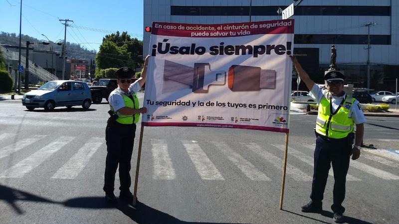 En Morelia, en la avenida Camelinas en su cruce con la avenida Enrique Ramírez, los agentes de tránsito colocaron una lona exhortando a la población para que utilice el cinturón de seguridad