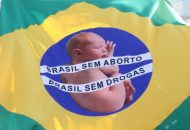Una bandera de Brasil defiende la dignidad de la vida humana frente al aborto y las drogas