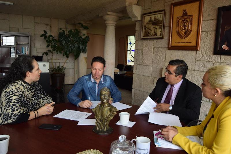 En este marco, y ante los alcaldes Juan Audiel Calderón Mendoza y Dante Vieyra Díaz, el Consejero Jurídico destacó la importancia que tiene para el gobierno del estado este sector al que se busca brindarle herramientas para que tenga mejores condiciones de vida