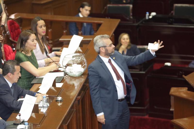 Ramírez Bedolla recordó que el pasado jueves, los diputados de Morena, PT e independientes conformaron la Alianza por la Cuarta Transformación, que fortalecía la posición de la izquierda en el Congreso del Estado