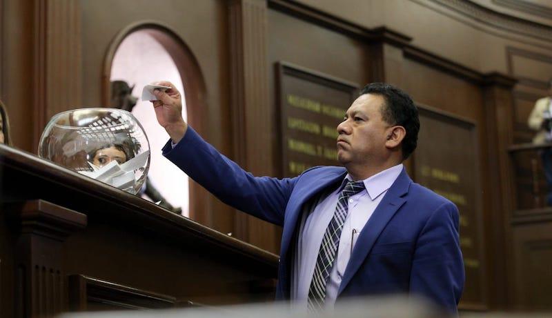 Los principios políticos de Morena se mantienen firmes, y así se evidenció en la votación para definir al Fiscal General de Michoacán, dijo el coordinador parlamentario, Fermín Bernabé