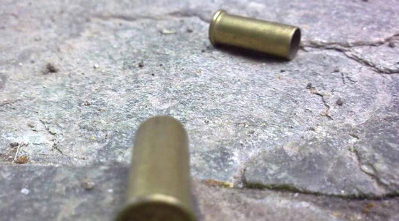 Los sujetos iban a bordo de un vehículo desde donde dispararon. En el lugar se encontraron casquillos 9 milímetros