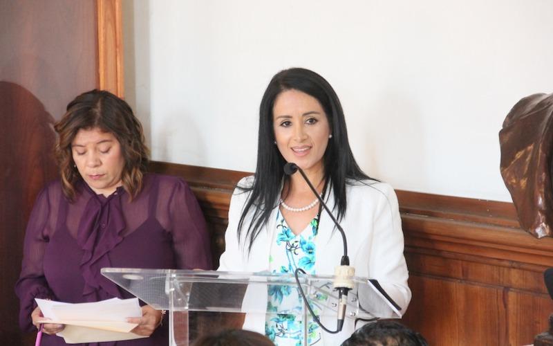 """Martínez Manríquez reconoce trayectoria de Rubí de María Gómez durante entrega de condecoración """"La Mujer Michoacana"""""""