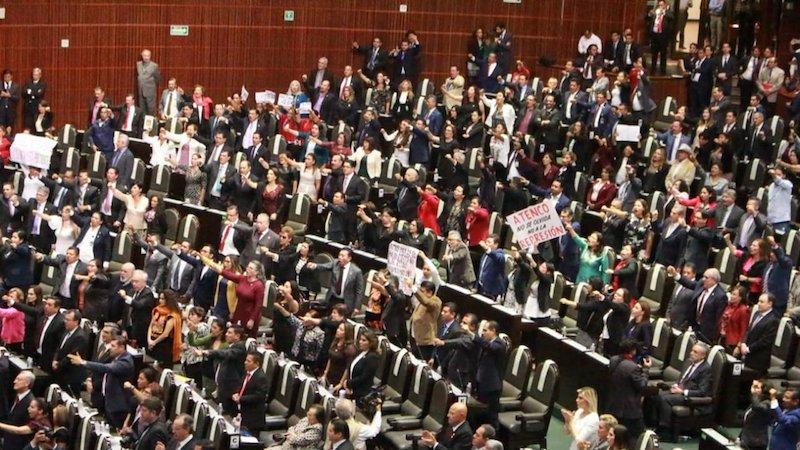 """La aprobación, con mayoría calificada, se dio en medio de un intercambio de señalamientos y pancartas con la leyenda """"Sufragio efectivo, no reelección"""" entre Morena y la oposición"""