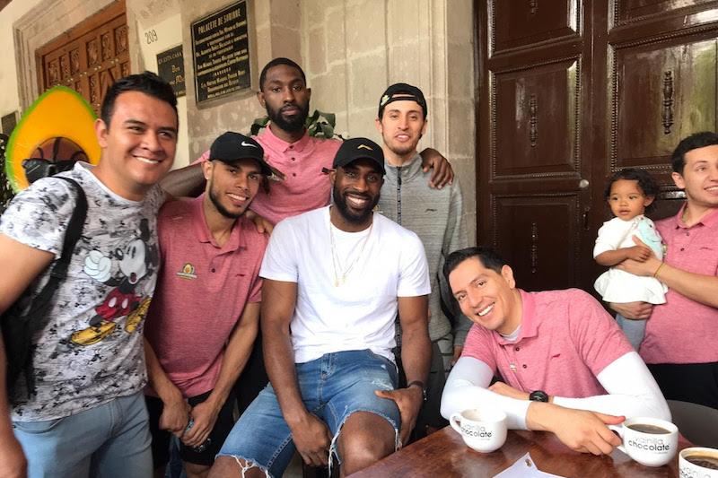 Portando playeras, jerseys, pósters y gorras, los aficionados y aficionadas acudieron a tomarse fotos con sus jugadores favoritos, así como con el coach Omar Quintero Pereda y el equipo técnico