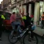 Entre el público, algunos de los testigos se expresan en contra de los policías y aseguran que uno de los civiles está sangrando -lo que no se observa en el video