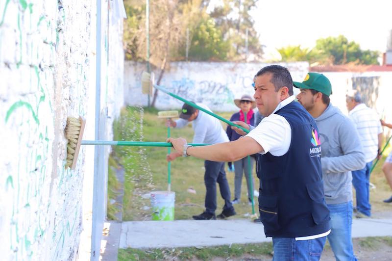 La actividad de recuperación de espacios educativos consiste en varias etapas, desde podar jardines, pinta de bardas, y habilitar las áreas recreativas para un uso adecuado