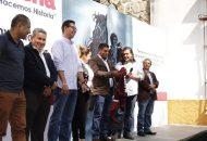 """El Secretario del Ayuntamiento de inmediato """"se puso la camiseta"""" , un chaleco que recibió de manera simbólica del dirigente estatal, Sergio Pimentel"""
