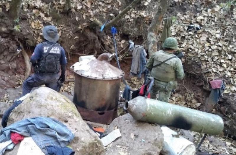 En la zona fueron localizados diferentes objetos para la elaboración de metanfetamina, mismos que fueron destruidos en el lugar