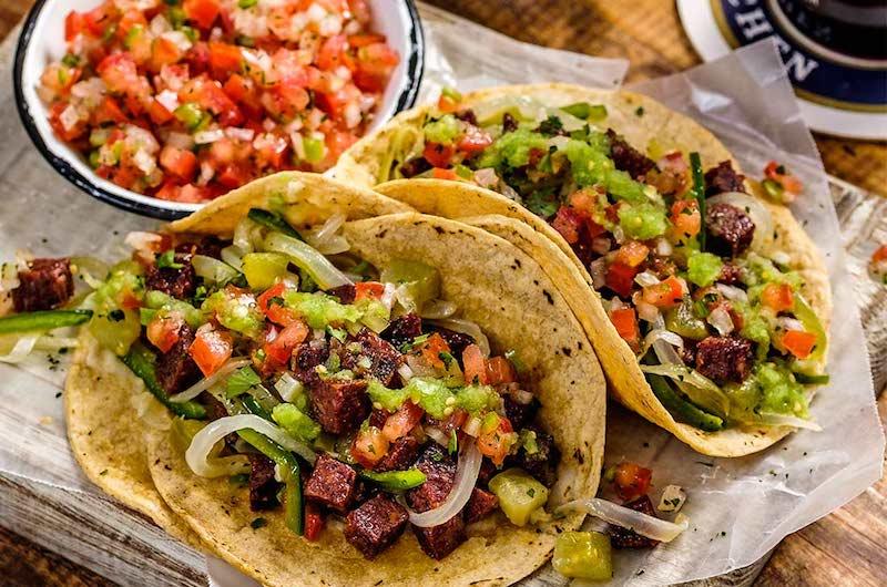 En México, de acuerdo con diversas fuentes históricas, el taco proviene de las tortillas con mole prehispánicas, que se preparaban sobre piedras calientes y se acompañaban de frijoles y chile
