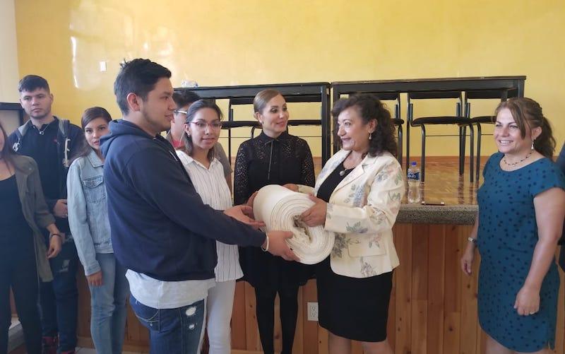 """La legisladora federal Chávez Pérez donó a los alumnos de las carreras antes mencionadas, insumos que serán utilizados en el próximo desfile de modas que estará organizado por la Asociación """"Despierta hay una solución"""""""