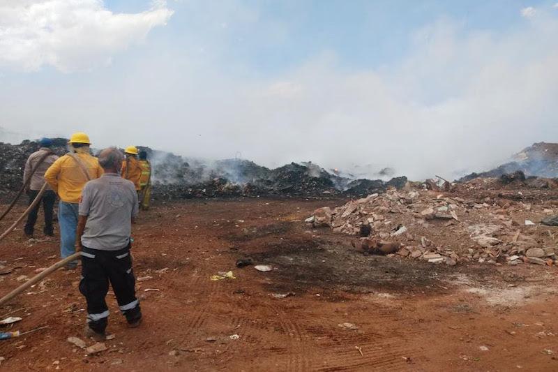 La delegación regional Zacapu, apoya al municipio con dos máquinas de bomberos y siete elementos para llevar a cabo trabajos coordinados para sofocar las llamas